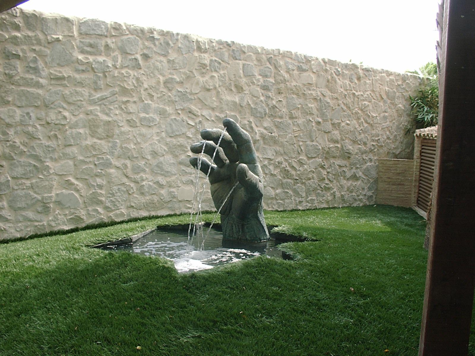 Una mano el el jardín